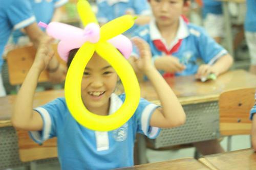 早来到学校布置教室,给孩子们带了精美的六一节礼品图片